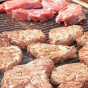 sm-220-raw-cooked-steaks-bbq-istock_000017604819small