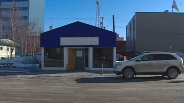 Yellowknife's homeless day shelter is closing at the end of the month while the organization that funds it looks into setting up a new facility for the fall.