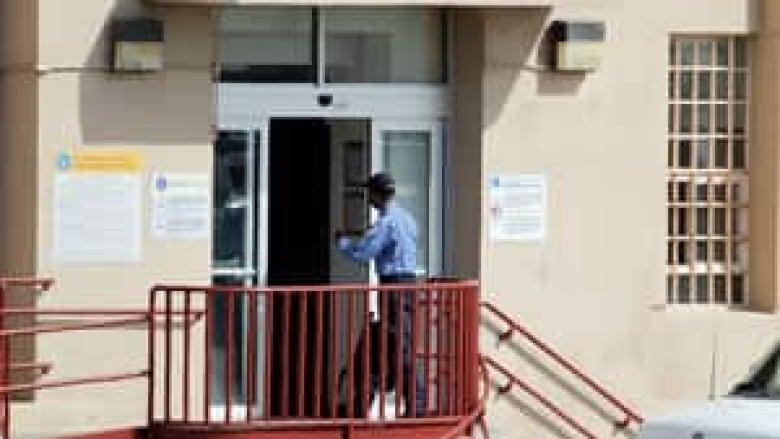 Ex Illinois Governor Rod Blagojevich Enters Prison Cbc News