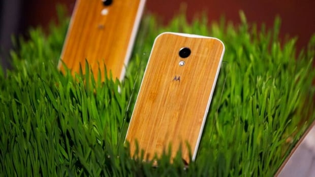 In the fall, Google plans to offer four variants of wood for the back cover of the Moto X.