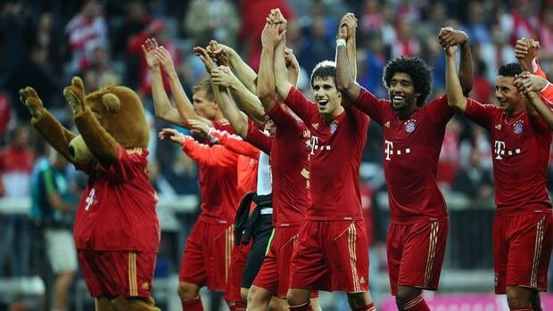 Javi Martinez of Bayern Munich celebrates with Dante, Claudio Pizarro and other teammates after winning on Sunday.