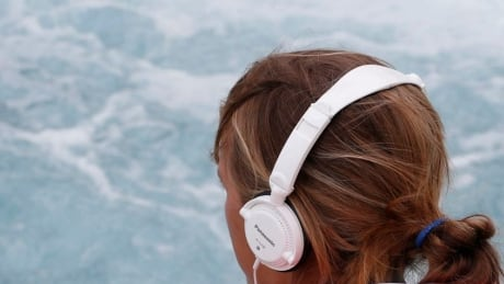 Tune in, tune out: psychologists say music helps athletes perform