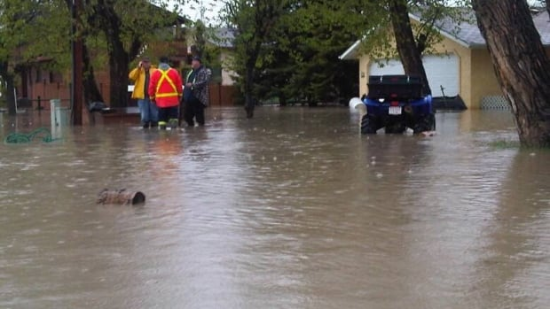 The Highwood River flooded the neighbourhood of Wallaceville in High River. (Mary-Catherine McIntosh/CBC)