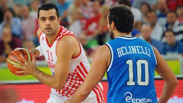 Italy's Marco Belinelli, right, challenges Croatia's Krunoslav Simon at the Stozice Arena in Ljubljana on September 14, 2013.