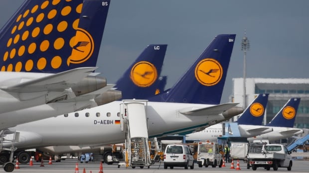 German airline Lufthansa said Thursday that it is splitting a $19 billion US order for 59 new jets between rival aircraft manufacturers Boeing and Airbus.