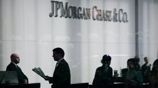 JPMorgan Chase has agreed to pay $100 million US in fines for wrongdoing that led to a $6 billion trading loss at its London office in 2012.