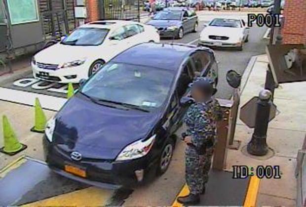 Aaron Alexis drives onto Navy Yard