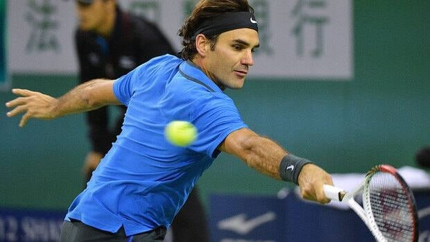 Roger Federer struggled to string points together early in his third-round match against Stanislas Wawrinka, with his backhand looking shaky through much of the first two sets.