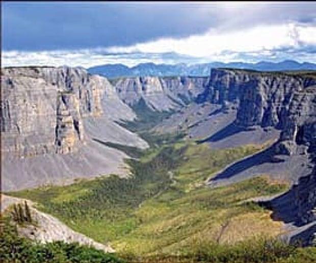mi-nahanni-canyon