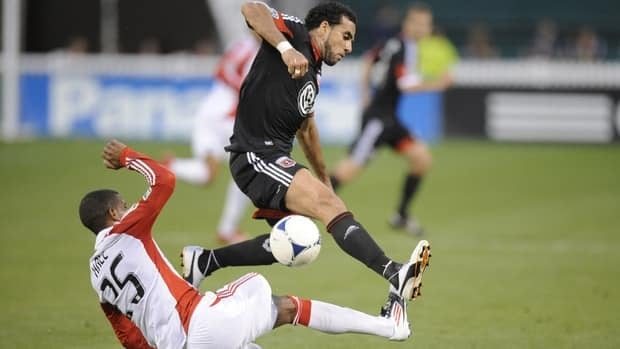 Dwayne De Rosario, right, of D.C. United tries to get out of the way of a kicked ball by Jeremy Hall of Toronto FC on Saturday.