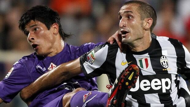 Fiorentina's Facundo Roncaglia, left, is challenged by Juventus defender Giorgio Chiellini during a Serie A soccer match between Juventus and Fiorentina on Tuesday.