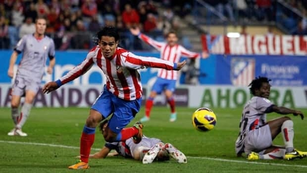 Atletico de Madrid's Radamel Falcao from Colombia, second left, controls the ball in between players during a Spanish La Liga match against Osasuna in Madrid, Spain, Sunday, Oct. 28, 2012.