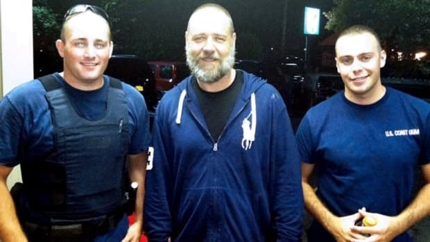 Russell Crowe, centre, with U.S. Coast Guard petty officers Robert Swieciki, left, and Thomas Watson on Sunday. Crowe and a friend became disoriented while kayaking in Long Island Sound and were picked up by Swieciki and Watson.