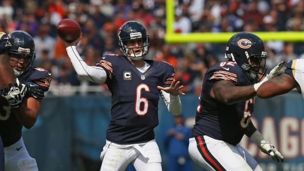 Jay Cutler (6) and the Chicago Bears (2-1) didn't fare so well in their last primetime game, and hope for a better result on Monday night when they face the Cowboys (2-1) in Dallas.