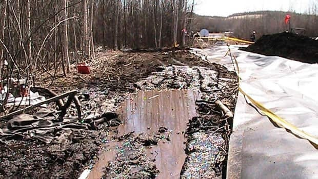 Enbridge crews clean up the oil spill at the Norman Wells pipeline near Wrigley, N.W.T. The company said Monday that 700 to 1,500 barrels of oil leaked from the pipeline on May 9.