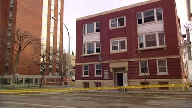 Winnipeg police cordoned off this vacant apartment building on Carlton Street following Saturday's fire. A man who was found injured in that fire died in hospital.