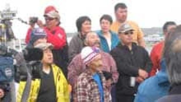 si-iqaluit-bowhead-crowd-ps-110815
