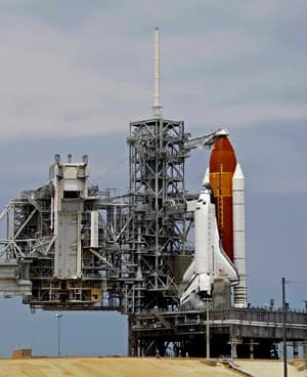 sm-shuttle-endeavour-300-00590380
