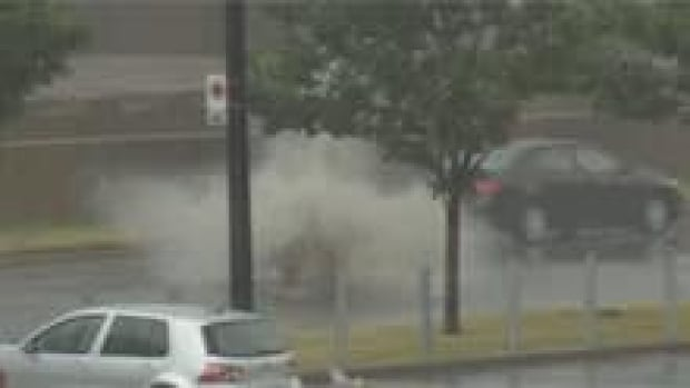 si-manhole-explodes-water-220