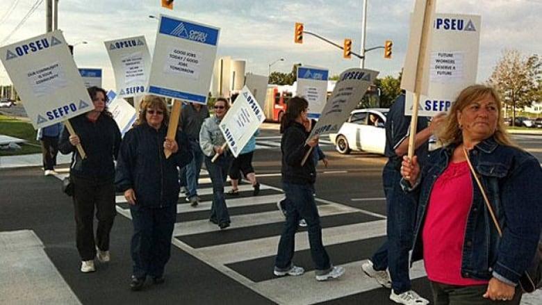 Bus drivers honour OPSEU picket lines   CBC News