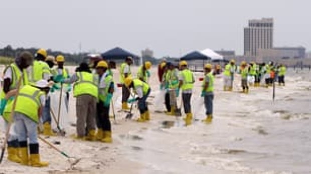 tp-bp-beach-spill-cleanup-workers-cp-8962293