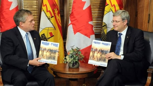 Premier David Alward and Prime Minister Stephen Harper pose together in October. Alward is criticizing the Harper government over its proposed health funding deal. (Sean Kilpatrick/CP)