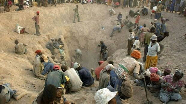 Miners dig for diamonds in eastern Zimbabwe on Nov. 1, 2006. Rights watchdog Global Witness pulled out of the diamond regulatory group Kimberley Process, citing failures in Ivory Coast, Venezuela and Zimbabwe.