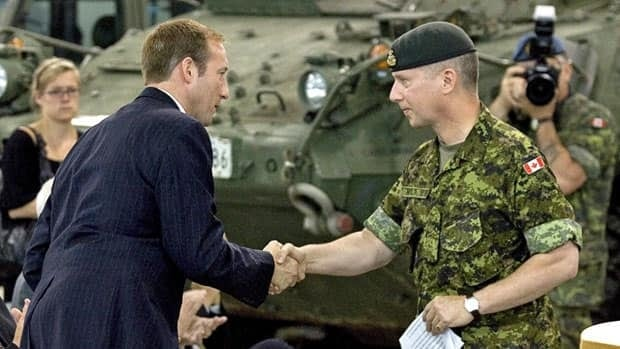 Defence Minister Peter MacKay, left, and Lt.-Gen. Andrew Leslie shake hands at CFB Gagetown in Oromocto, N.B., in 2009. Leslie, now retired, defended his controversial transformation report Monday at the Senate Defence committee.