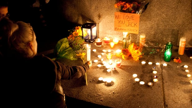 Mourners hold a candlelight vigil at the foot of Mount Royal for NDP Leader Jack Layton.