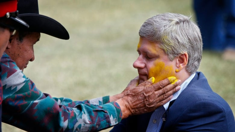 An old photo of Stephen Harper in Indigenous garb is being misrepresented online
