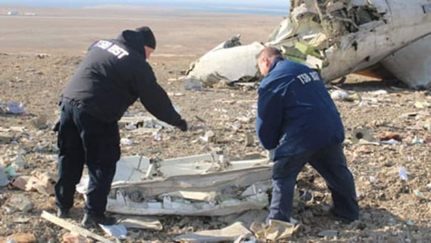 Transportation Safety Board of Canada investigators examine wreckage at the crash site of First Air flight 6560 in Resolute, Nunavut, in August 2011. (Transportation Safety Board of Canada)