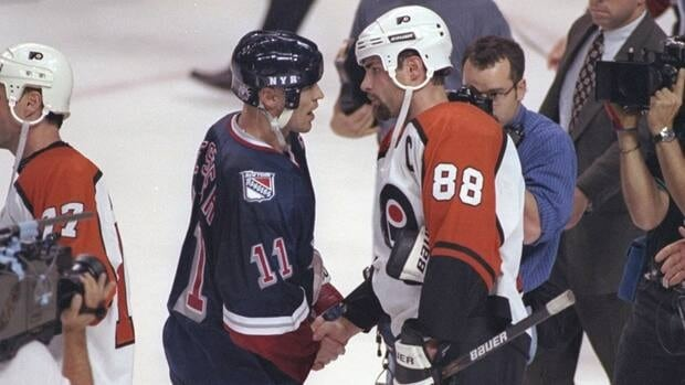 Mark Messier and Eric Lindros, shown in this 1997 file photo, will both play in the Winter Classic alumni game on Dec. 31 in Philadelphia.