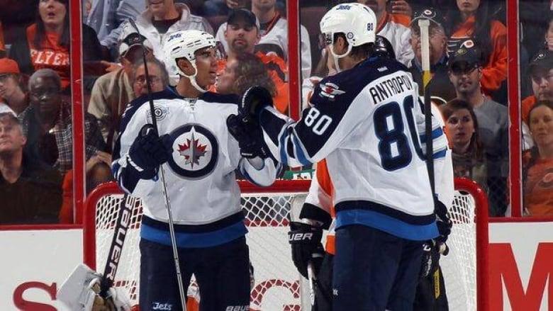 3b947f9150c Jets earn wild 9-8 win over Flyers