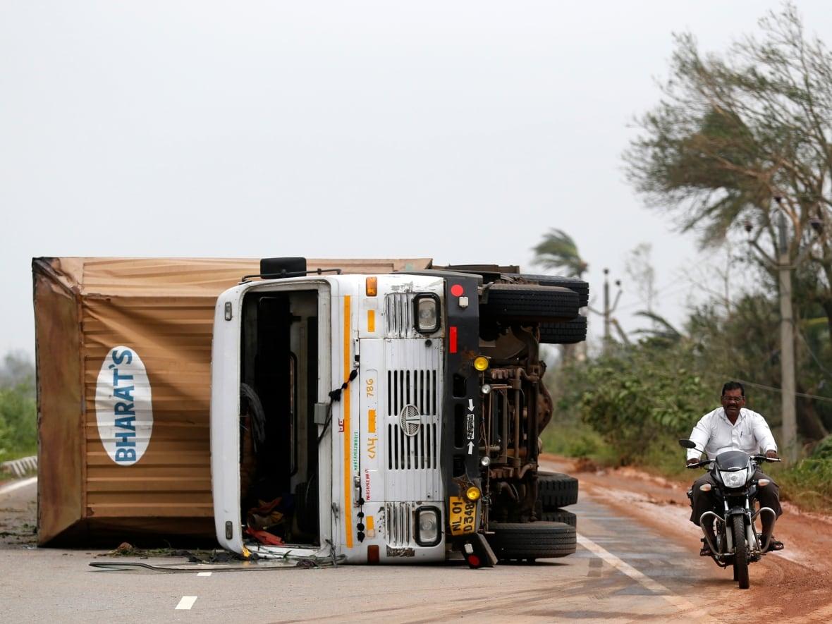 India's Cyclone Phailin pounds coast, 5 killed | CBC News