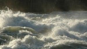 tp-wdr-random-water-waves-lake-river