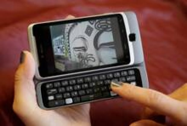 smart-phone-trojan-cp-9580396-220x148