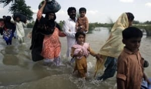 tp-pakistan-flood-wading-91
