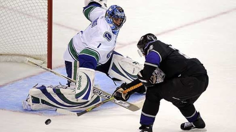Canucks Luongo Is Red Hot Cbc Sports