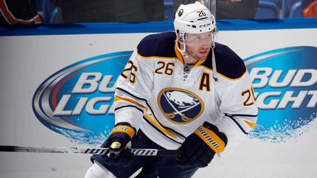 Former Buffalo Sabres forward Thomas Vanek is heading to the New York Islanders, after the two clubs completed a swap on Sunday.