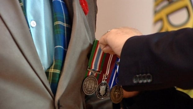 Veterans are unhappy about the government's decision to keep a Veterans Affairs agent in a Service Canada office.