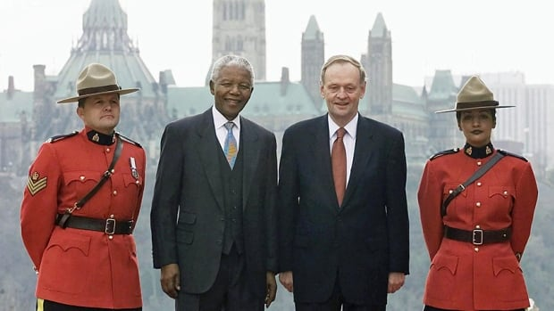 Former South African president Nelson Mandela and Prime Minister Jean Chretien are flanked by RCMP constables in Hull, Que., on Nov. 19, 2001.
