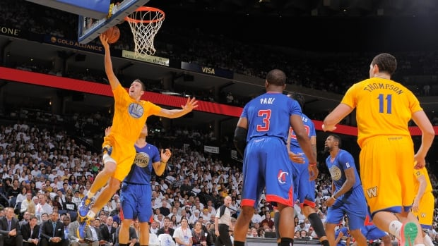 David Lee (10) of the Golden State Warriors shoots against the Los Angeles Clippers on Wednesday.