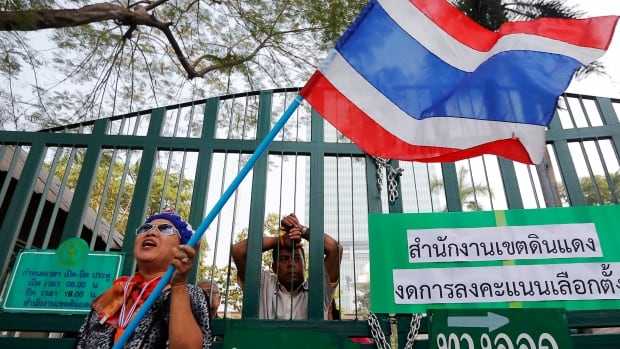 Anti-government protesters forced polling stations to close in Bangkok, Thailand, on Sunday in an attempt to force the country's prime minister from office.