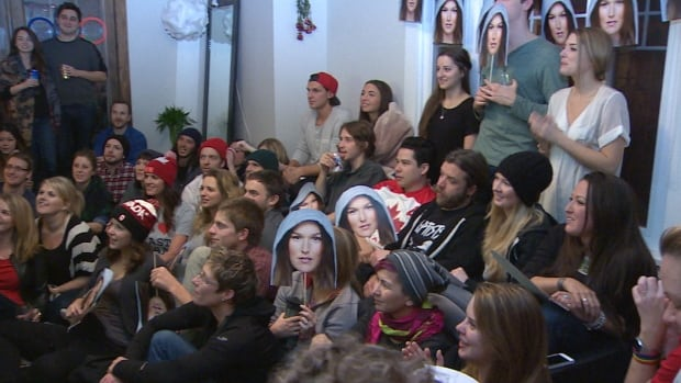 Spencer O'Brien's fans watching her compete live in Sochi in the slopestyle snowboad finals.