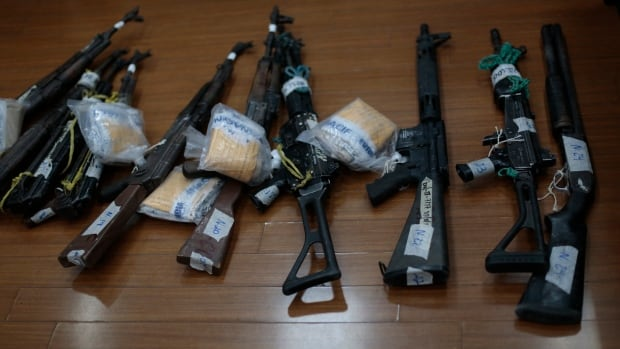 Weapons are displayed on the floor before being presented to a judge as evidence during a trial against nine alleged members of the Zetas drug cartel in the Supreme Court of Justice in Guatemala City, January 30, 2014. The nine are accused of killing 27 people during a territorial dispute on May, 2011, in La Finca Los Cocos (the farm of Los Cocos) in the Peten Region, about 275 miles, (440 km) north of the capital, according to police investigations and local media reports.   REUTERS/Jorge Dan Lopez (GUATEMALA - Tags: CRIME LAW) - RTX181K4