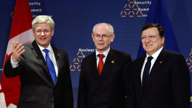 Prime Minister Stephen Harper meets with European Commission President Jose Manuel Barroso, right, and European Council president Herman Van Rompuy, centre, during the Nuclear Security Summit in The Hague.