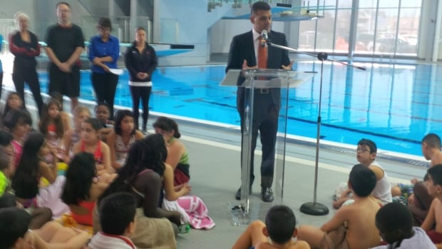 Mayor Eddie Francis welcomes Olympic athletes to Windsor to promote the FINA diving championship.