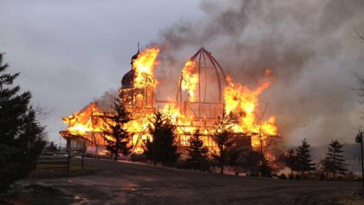 https://i.cbc.ca/1.2599660.1396719887!/fileImage/httpImage/image.jpg_gen/derivatives/16x9_1180/ukrainian-church.jpg