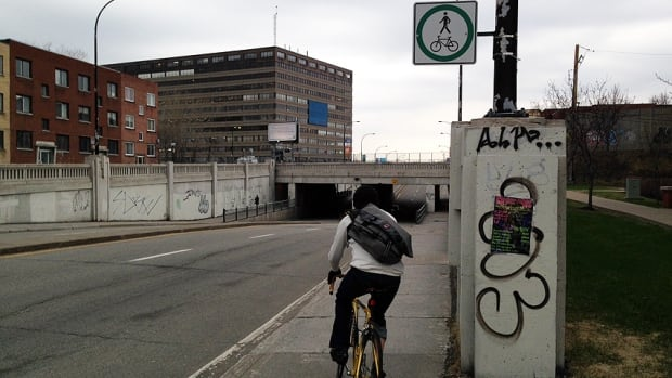 Cyclist sign St-Denis/Des Carrieres