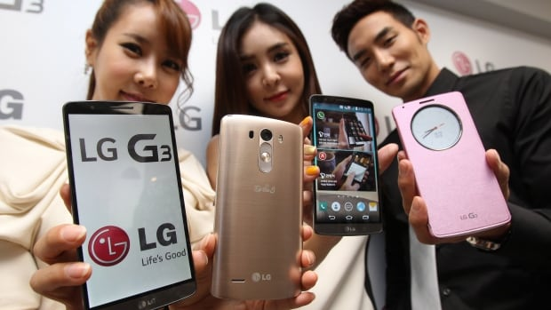 Models pose with LG Electronics' new G3 smartphones during an unveiling ceremony in Seoul, South Korea, Tuesday.